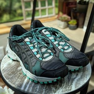 EUC Women's Size 8.5 ASICS Trail Attack shoes